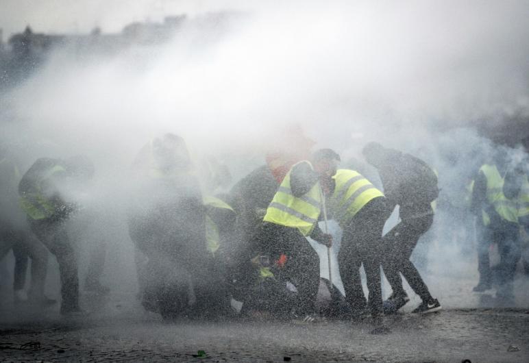 """Франција гори: Уапсени 102 лица во судири на """"Жолтите елеци"""" со полицијата"""