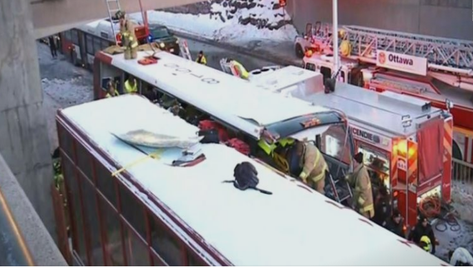 (ФОТО) Двокатен автобус удри во автобуска станица, едно лице го загуби животот, 23 тешко повредени