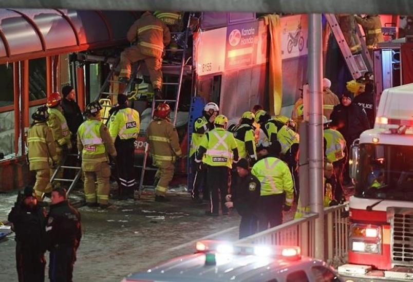Нови детали за хоророт во Отава: Луѓе паѓаа од катот на автобусот кога удри во станицата