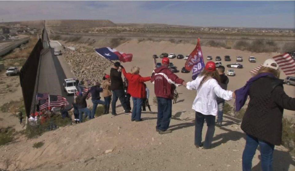 Поддржувачите на Трамп формираа ѕид на границата со Мексико