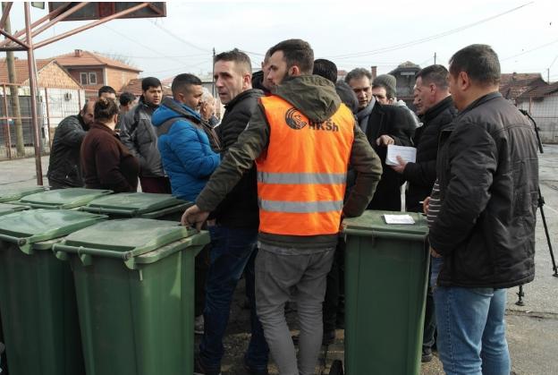"""ЈП """"Комунална хигиена"""" подели 100 канти за отпад во Топаана"""