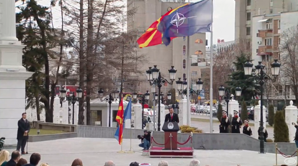 (ВИДЕО) Знамето на НАТО поставено пред Владата – Заев ја поздрави Република Северна Македонија