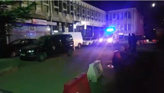 """(ВИДЕО) Блокиран влезот на ГОБ """"8-ми Септември"""" од затворска полиција, не се пуштаат ниту итни случаи"""