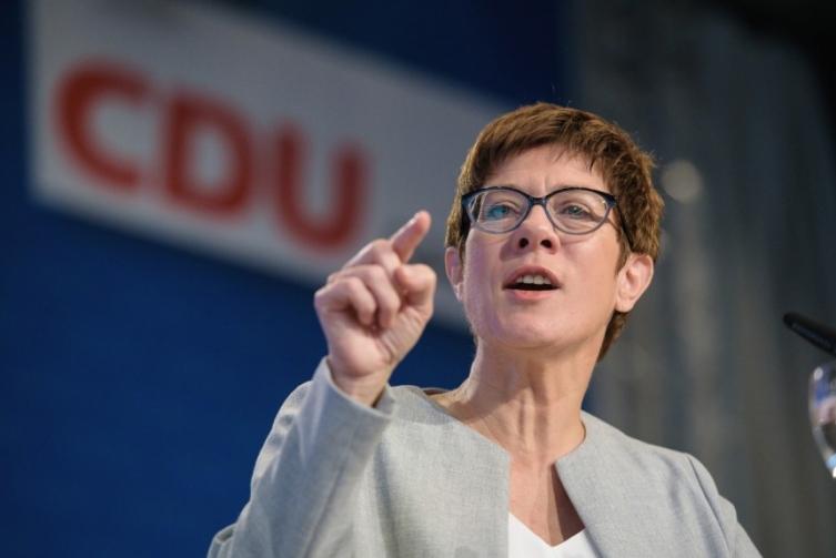 Наследничката на Меркел: Можно е и да ги затвориме границите за мигрантите
