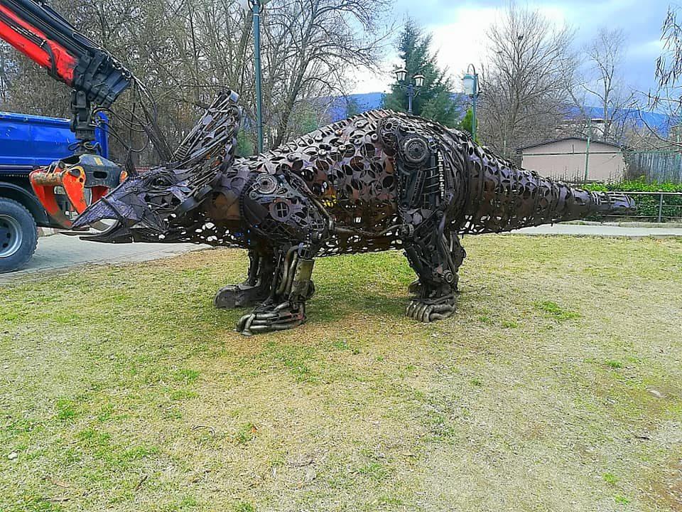 Пристигна првиот диносаурус во скопската зоолошка градина