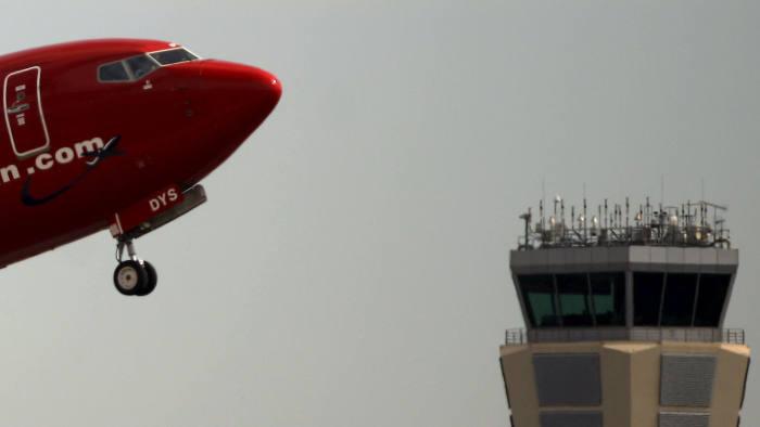 Драма на небото: Закана од бомба принудно слета норвешки авион