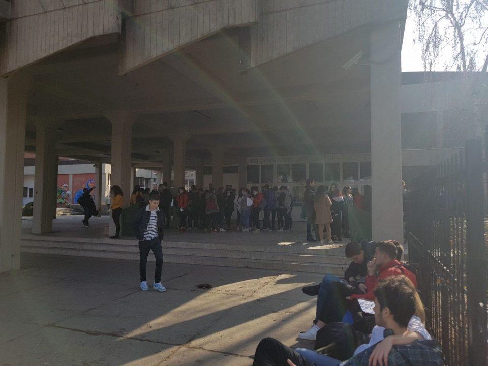 (ФОТО) Скопските средношколци се кренаа против аерозагадувањето