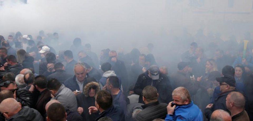 (ВИДЕО) Демонстрантите се обидоа да упаднат во Парламентот во Тирана