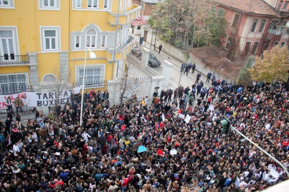 (ВИДЕО) Илјадници демонстранти го опколија Парламентот во Тирана