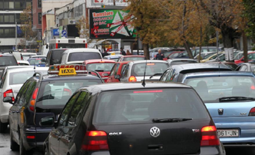 При регистрација на возилата, возачите веќе нема да плаќаат за налепници