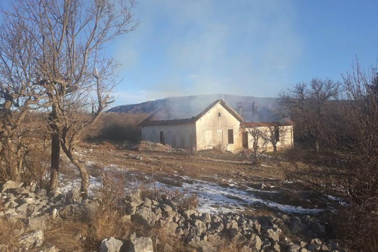 Мигранти запалиле старо училиште во БиХ