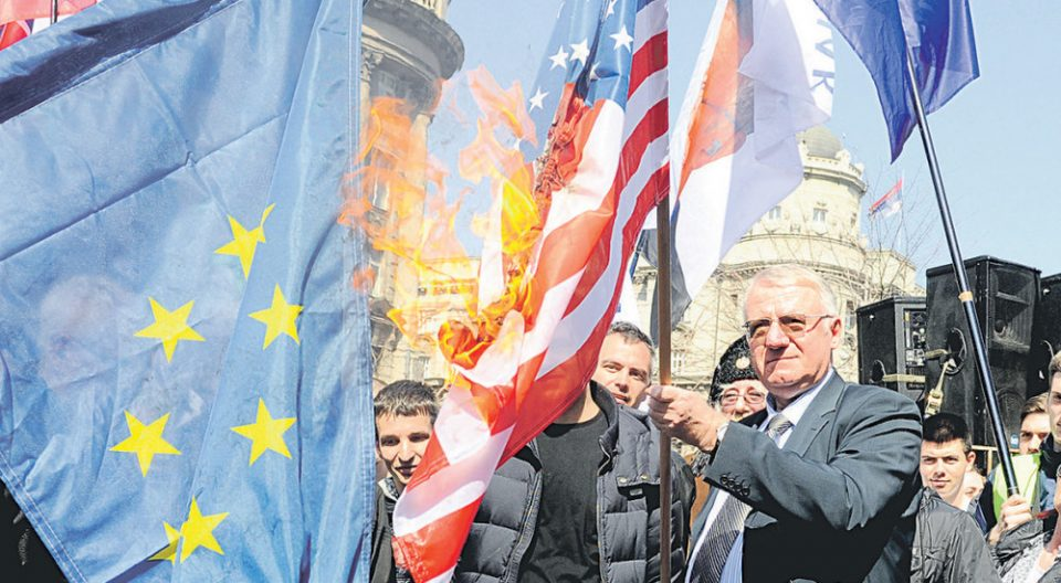 Шешељ запали знамиња на ЕУ и НАТО