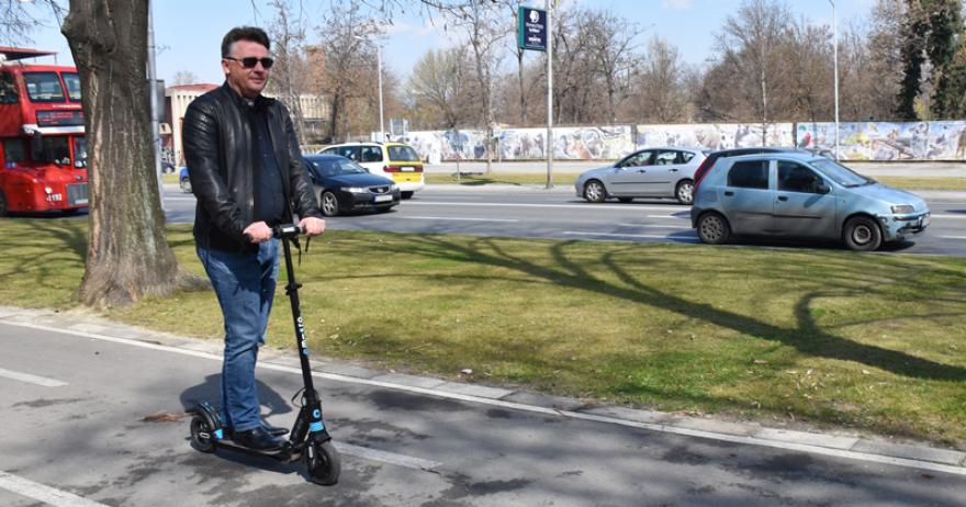 (ФОТО) Шилегов дојде со тротинет на работа