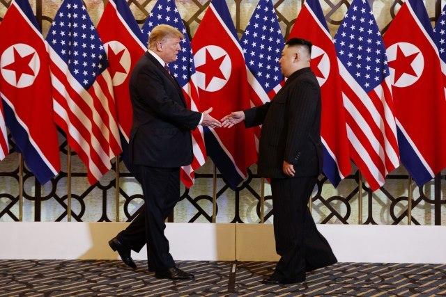 Болтон: Средбата со Ким е успешна – Трамп не прифаќа секаква спогодба