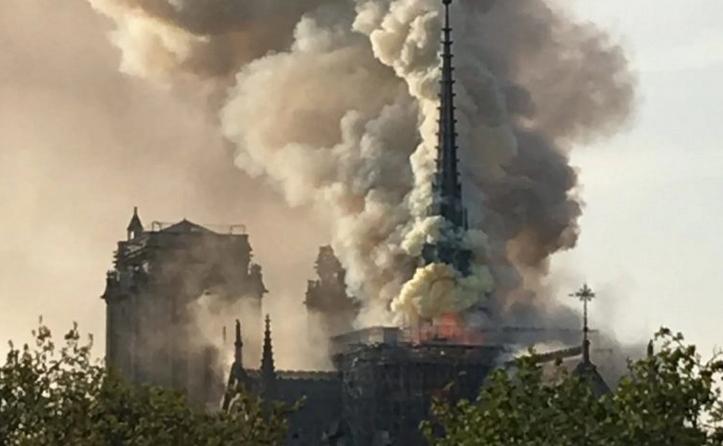 Пожарот во катедралата Нотр Дам е ставен под контрола во 3 часот утрово