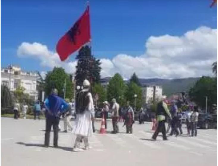 (ФОТО) Во албански национални обележја и со албански знамиња низ охридската чаршија