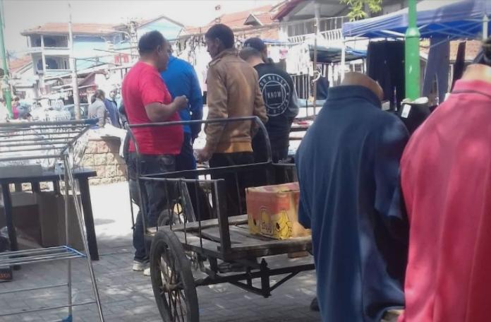 (ФОТО) Советници агитираат на пазарот во Шутка на денот кога е изборниот молк