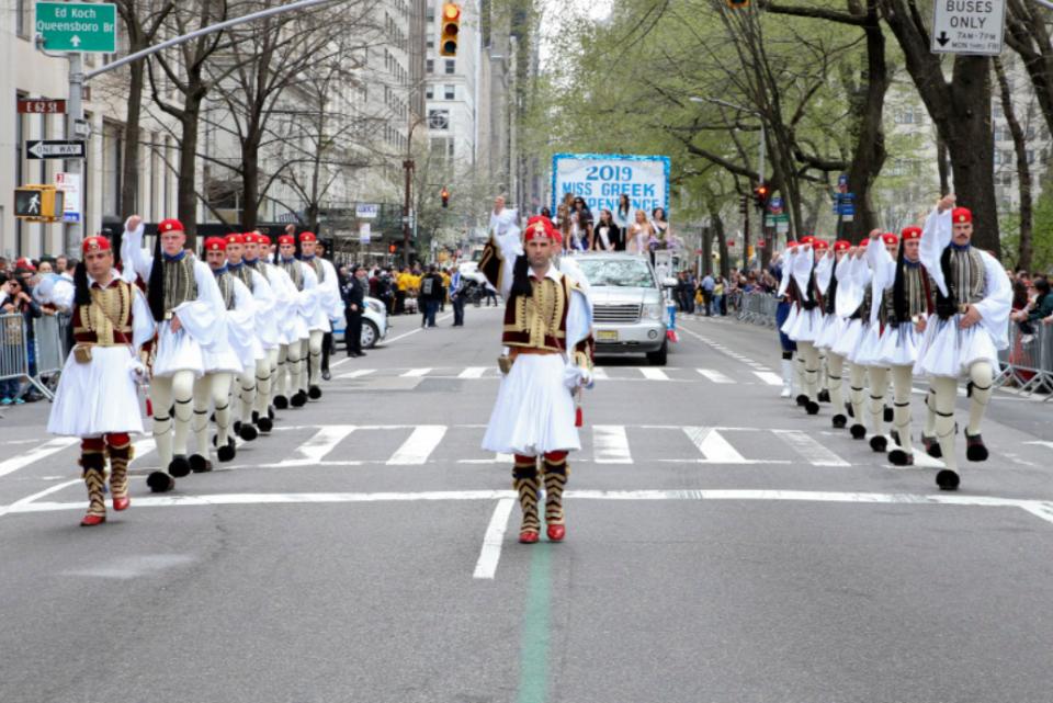 """(ВИДЕО) Грците маршираа во Њујорк додека одекнуваше """"Македонија славна"""""""