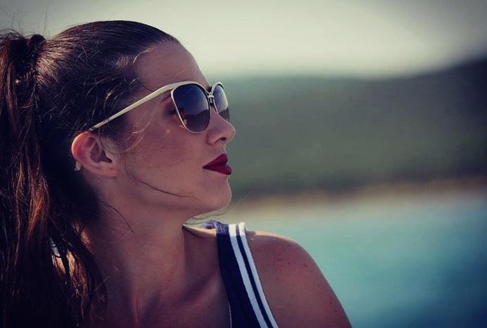 (ФОТО) Македонска манекенка се соблече гола и легна на пари