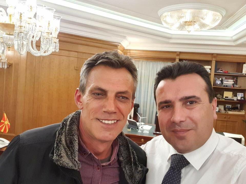 (ФОТО) Ова е човекот што ја нападна екипата на ТВ 21 – близок соработник на Заев