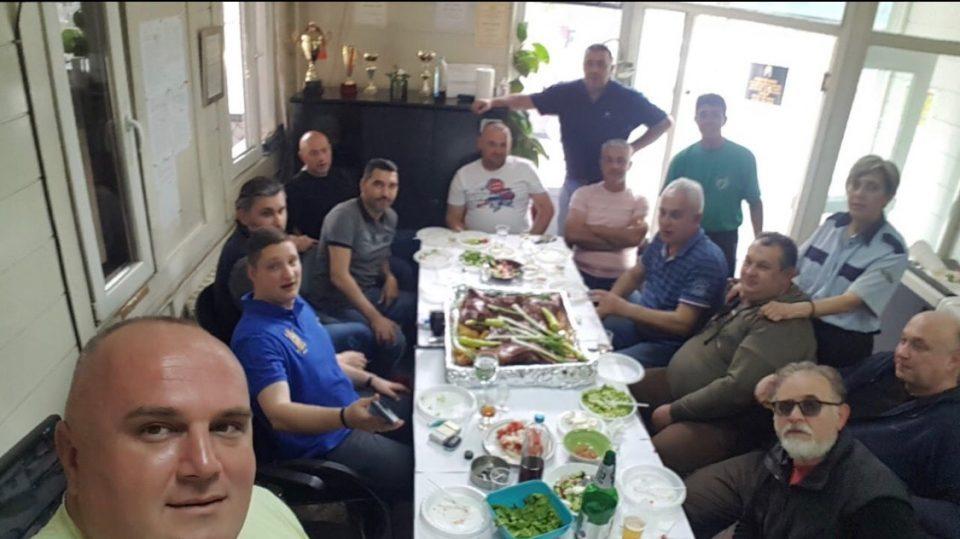 Синот на Фрчковски, директорот на ПУИК и вработените во работно време мeзaт пpaceчко пeчeњe