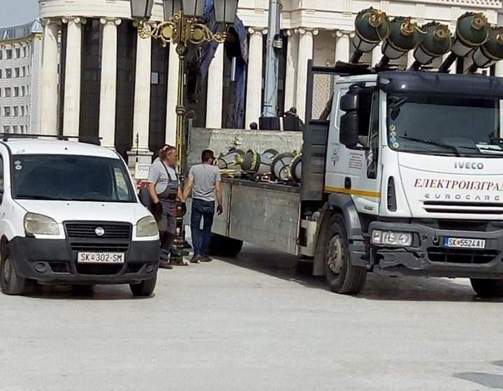 (ФОТО) Се демонтираат канделабрите од Скопје 2014