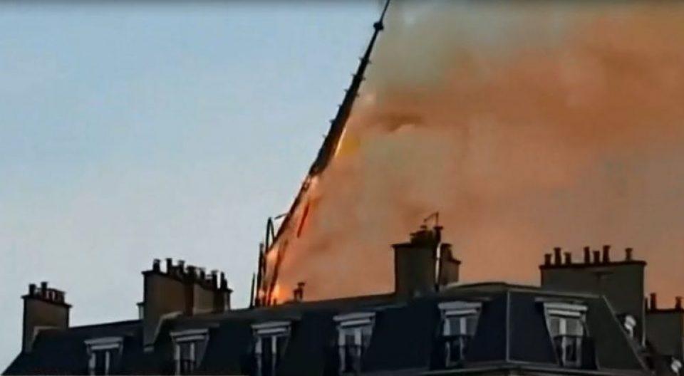 ВО ЖИВО: Од пожарот се урна централната купола на катедралата Нотр Дам