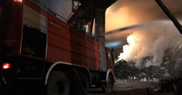 Пожар во Вардариште: Tри противпожарни возила интервенираат во гаснење на пожарот