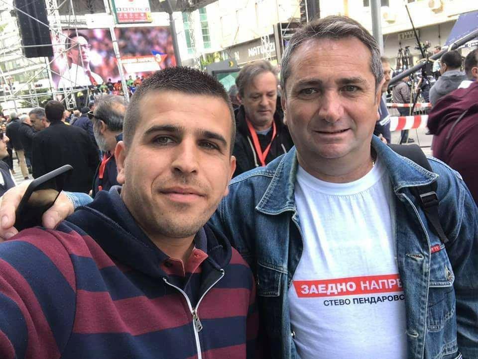 (ФОТО) Со маица од Пендаровски, на работно место во администрација