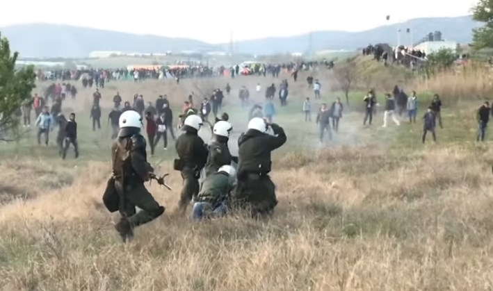 (ВИДЕО) Стотици мигранти од Солун се упатиле на границата со Македонија