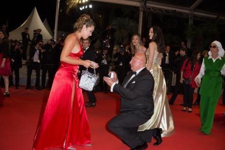 (ФОТО) Толку многу го сакала: Тајкун ја запроси 40 години помладата девојка