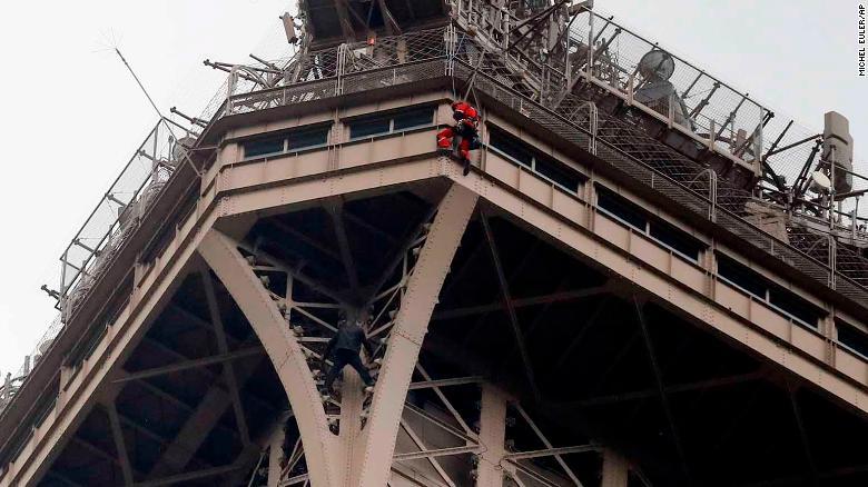 (ВИДЕО) Маж со часови виси на Ајфеловата кула