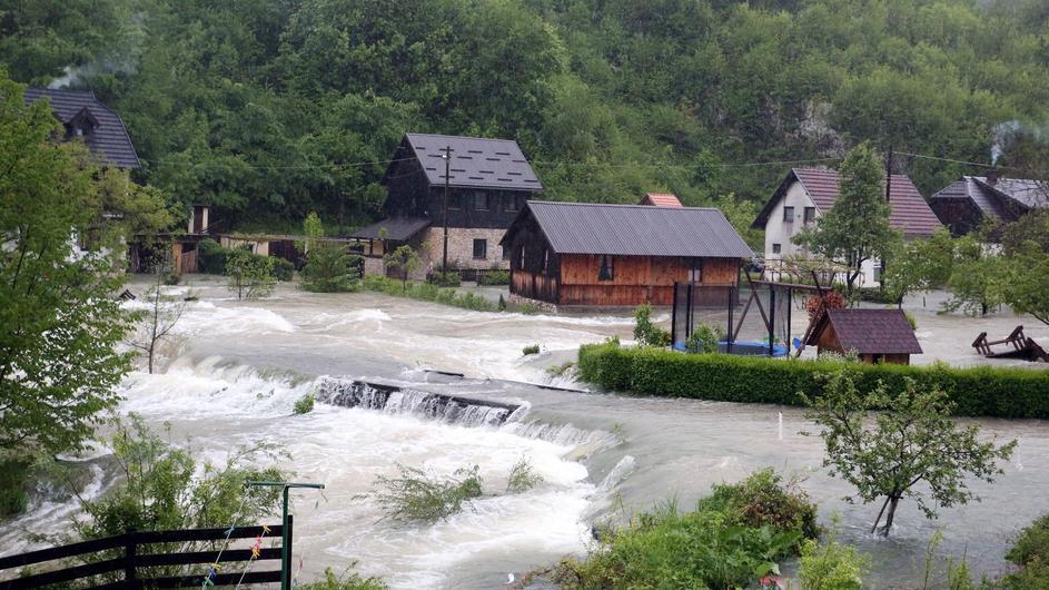 (ВИДЕО) Поплава, откорнати дрвја, срушени кровови: Невреме беснее во Хрватска