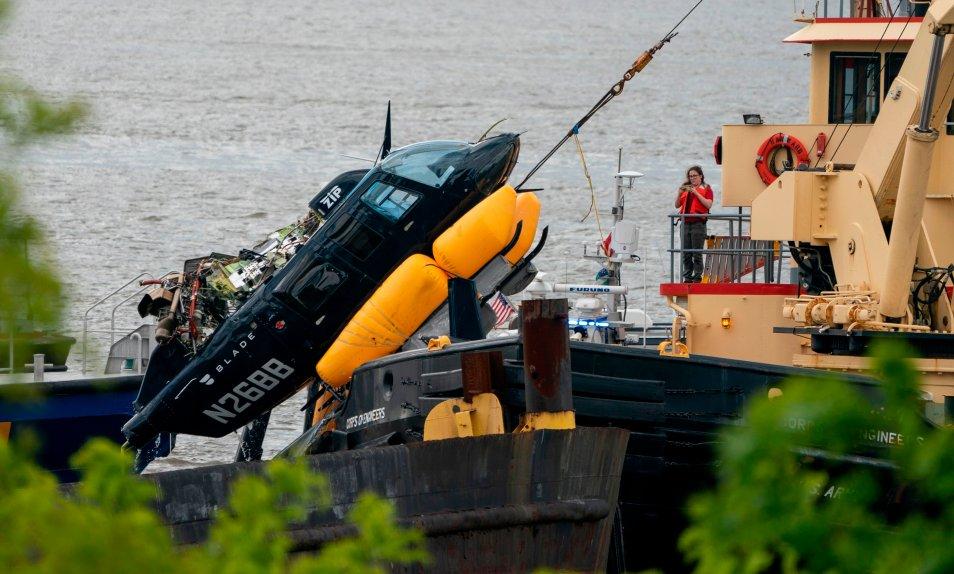 (ВИДЕО) Хеликоптер се урна во реката Хадсон кратко по полетувањето