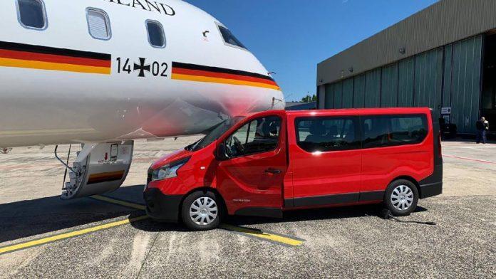 (ФОТО) Комбе удри во авионот на Меркел