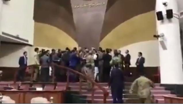 (ВИДЕО) Се степаа пратениците во авганистанскиот Парламент