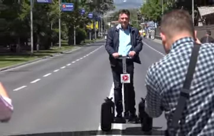 """(ВИДЕО) По неуспешната проба, Шилегов се пофали дека знае да вози """"сегвеј"""""""
