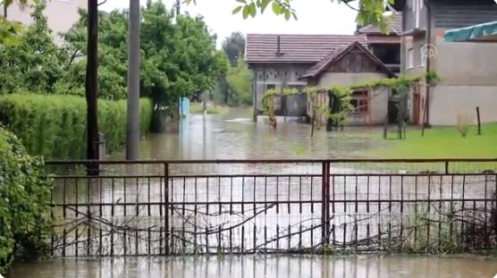 (ВИДЕО) Нивото на водата расте: Се евакуираат жителите на некои места