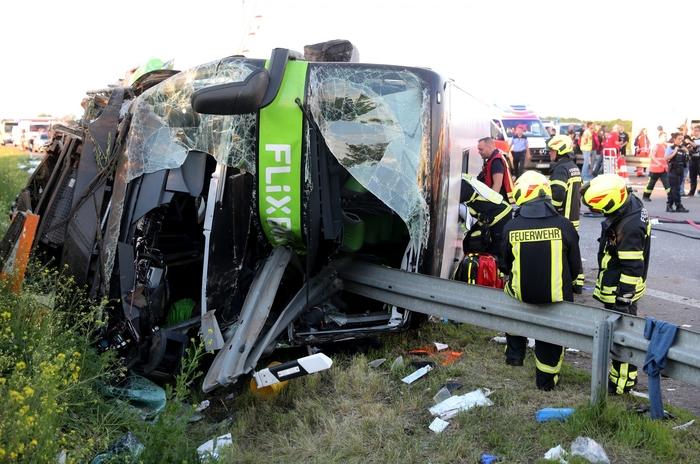Автобуска несреќа во Германија – еден загинат и над 60 повредени