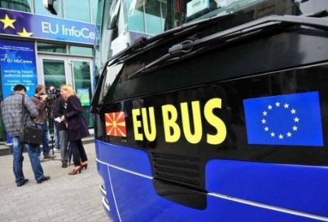 Амбасадори со автобусот на ЕУ низ градовите низ Македонија