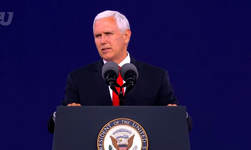 (ВИДЕО) Потпретседателот на САД со мотивирачки говор до дипломираните: Исус треба да го носите во своето срце!!!