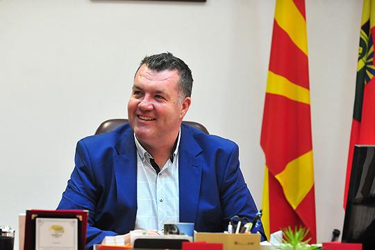 ФОТО: И градоначалникот на Бутел, Велимир Смилевски се фотографирал под знакот на УЧК
