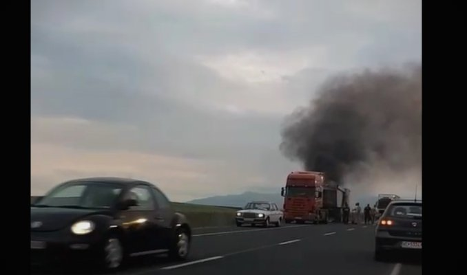 (ВИДЕО) Камион гори на патот кај Велес