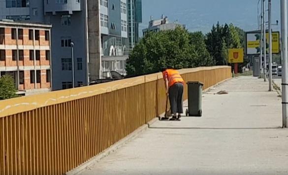 """Отпуштен работникот од """"Комунално"""" кој фрли ѓубре во Вардар"""