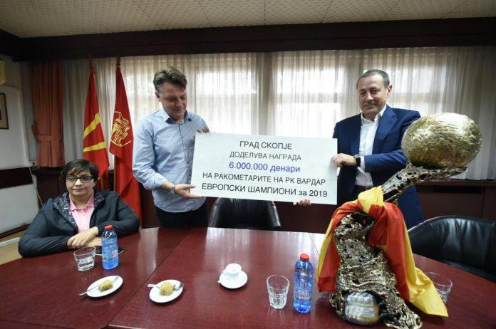 (ФОТО) Шилегов ги пречека Вардарци со чек од 100.000 евра и баклава