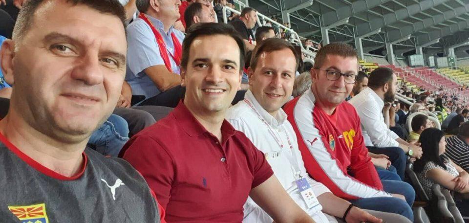 Мицкоски на трибините ги бодри македонските фудбалери