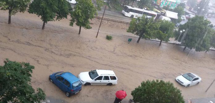 (ВИДЕО) Повторно поплавени улиците во Неготино – реката се излеа, возилата заглавени
