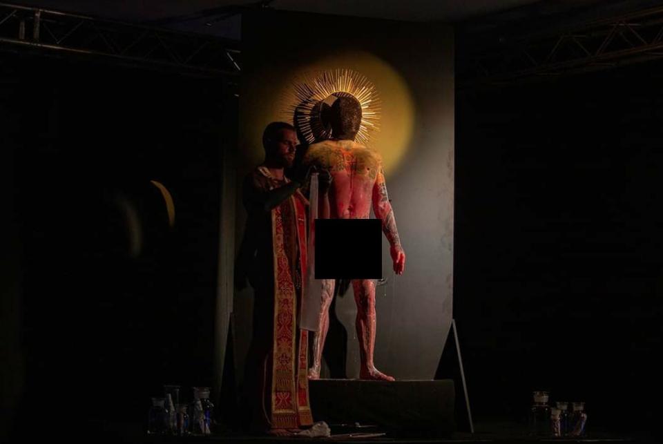 (ШОКАНТНИ ФОТОГРАФИИ) На ЛГБТ собирот во Скопје, им ставале полови органи на христијански светци! – Фрчкоски и Унковски во публиката