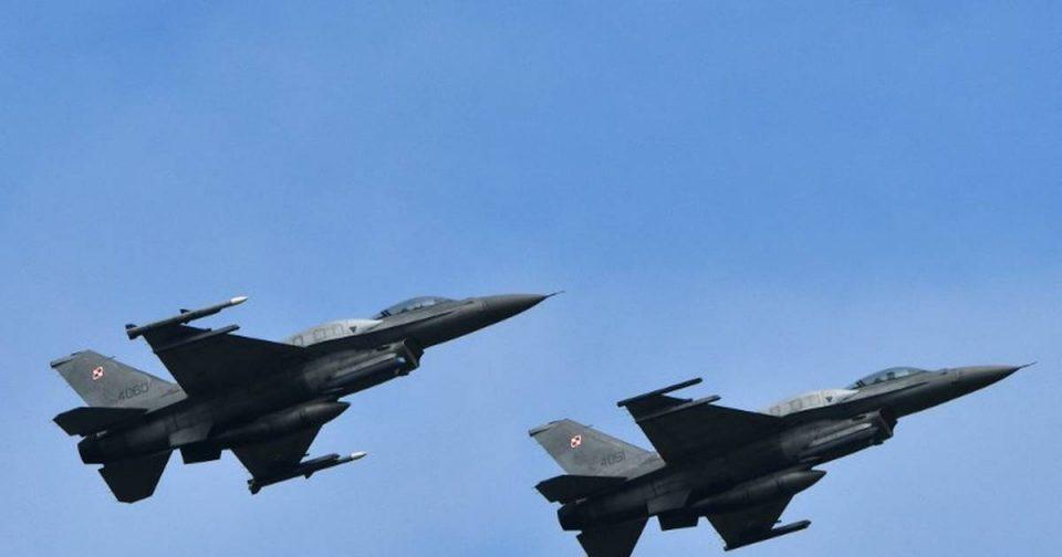 Се судрија два борбени авиони на небото во Германија и паднале во населено место