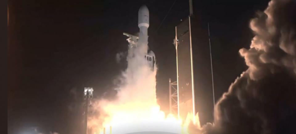 """(ВИДЕО) Голем успех на Илон Маск: Ракетата """"Фалкон Хеви"""" лансирана во вселената со 24 сателити"""